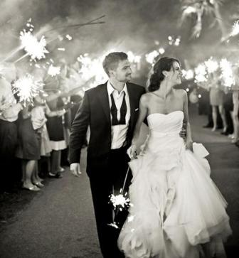 the-wedding-sparkler-send-off-L-uvuEra